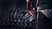 Рука сжимает смартфон— официальный видеотизер Watch Dogs 2