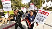 Более 250 артистов вышли на забастовку перед офисом EA