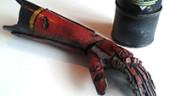 Кодзима показывает бионическую руку из коллекционки MGS5: The Phantom Pain