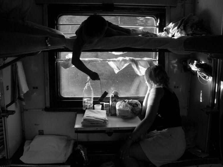 Принимайте душ в поезде.