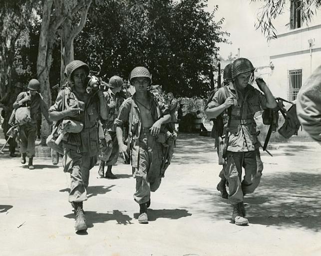 Бойцы 504-го парашютно-пехотного полка патрулируют Сицилию. Июль 1943 года.