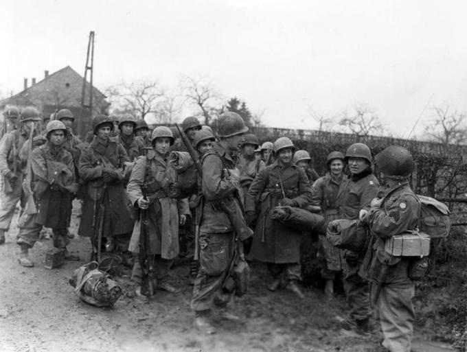 Парашютисты 504-го парашютно-пехотного полка вШенё