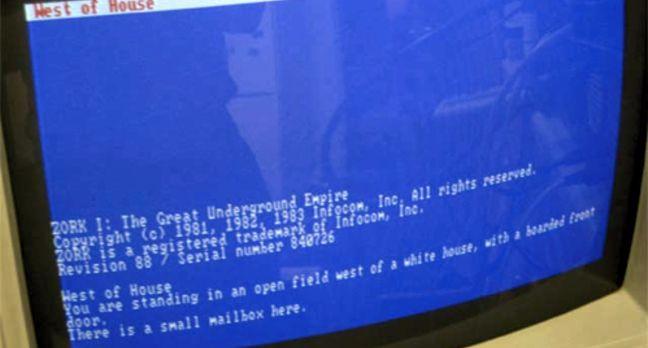 Тот самый компьютер PDP-10 и одна из первых текстовых игр Zorg, которая вдохновила Роя Трабшоу на создание MUD1.