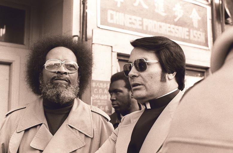 <i>В солнцезащитных очках - Джим Джонс, основатель и мессия Храма Народов</i>