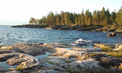 Прибрежные камни, отшлифованные ледником.