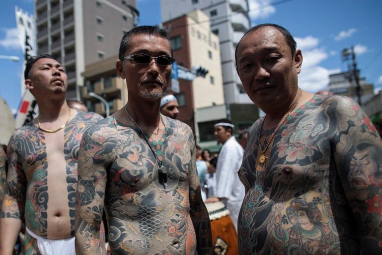 Вот такие красавцы разгуливают погородам Японии.